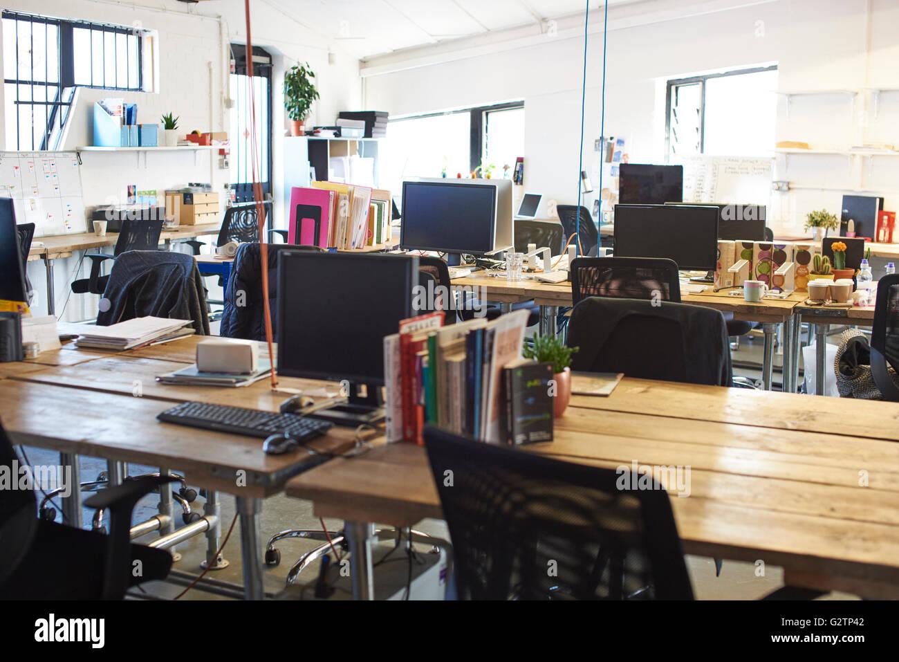 Interior de la oficina de diseño moderno con ningún pueblo Imagen De Stock