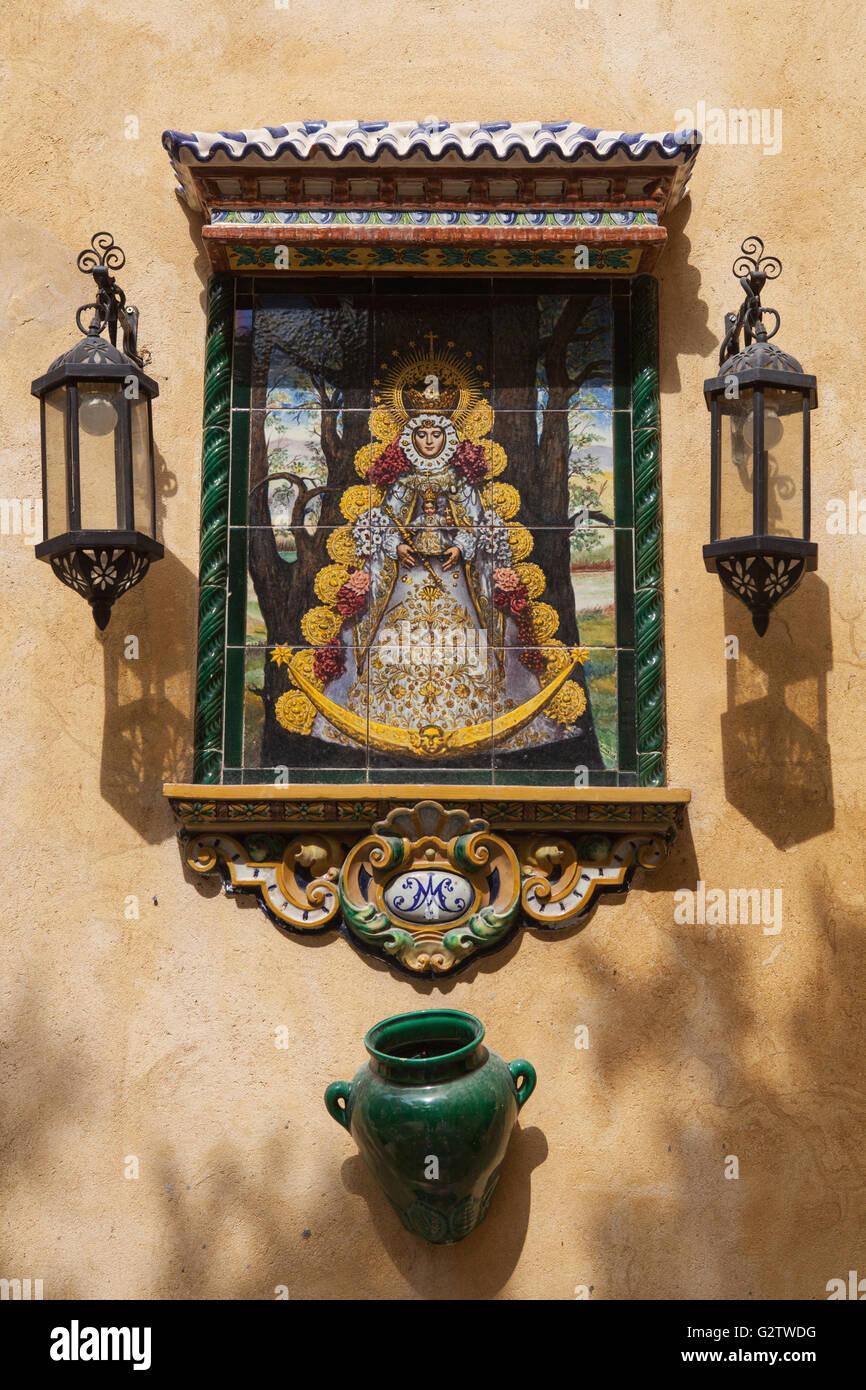 España, Andalucía, Sevilla, baldosas de cerámica de la imagen de la Virgen María en el patio Imagen De Stock