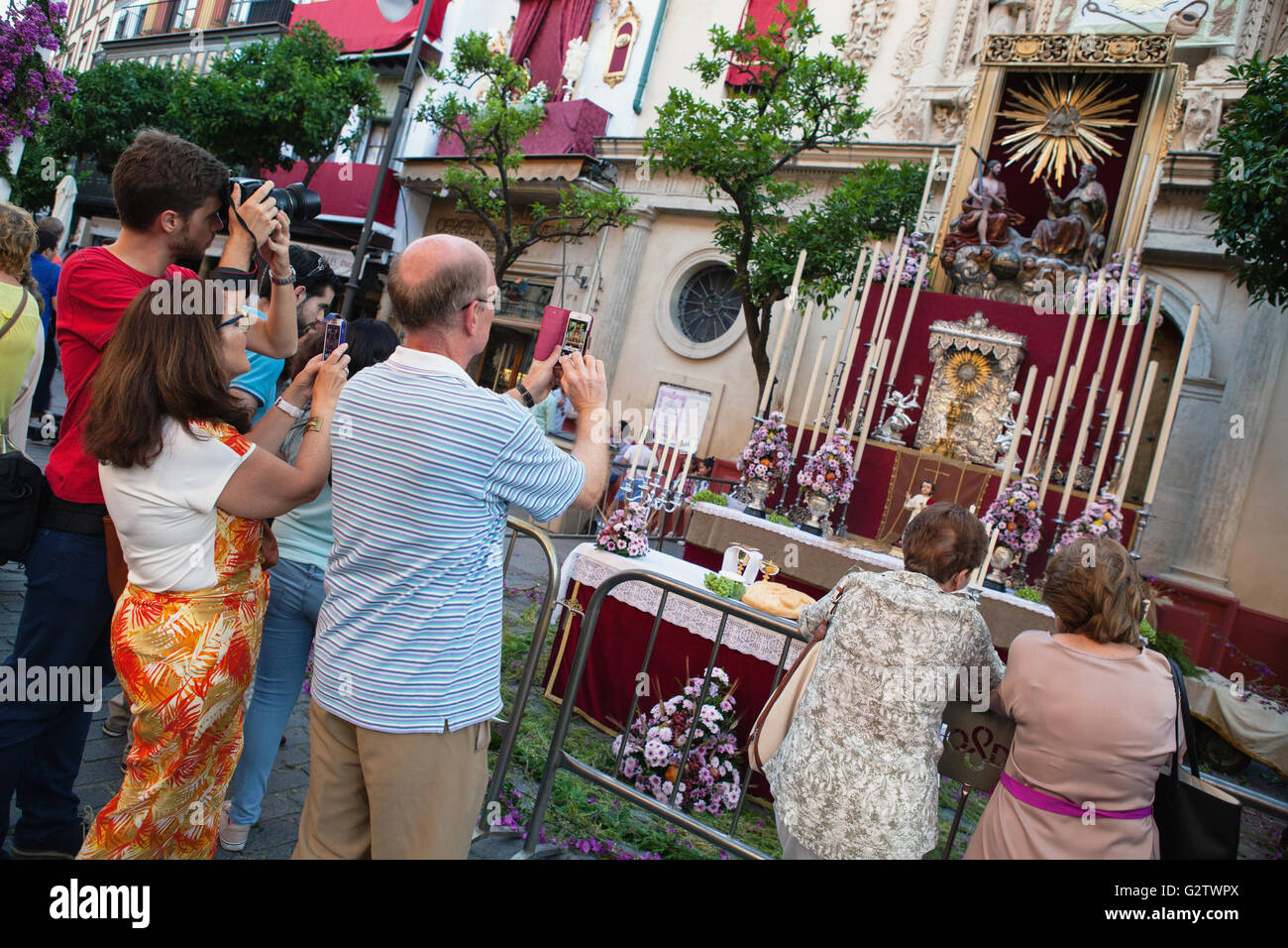 España, Andalucía, Sevilla, adoradores tomar fotografías del santuario temporal en frente de la Iglesia Imagen De Stock