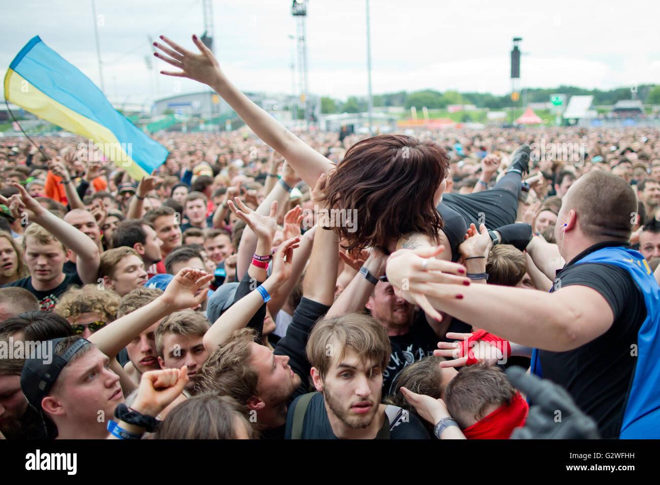 """Nuremberg, Alemania. 03Rd Junio, 2016. Una mujer crowdsurfs durante un concierto en el Festival de Música """"Rock Imagen De Stock"""