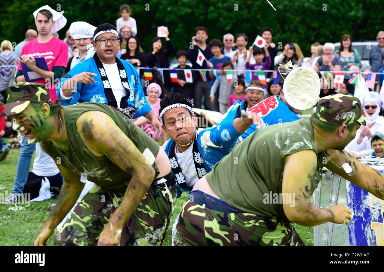 Coxheath, Kent, Inglaterra, 4 de junio de 2016. Equipos de cuatro oficiales de competir en el Campeonato Mundial de natillas tarta de 2016 en la aldea de Coxheath cerca de Maidstone, Kent. Iniciado en 1967 por el concejal Mike FitzGerald como una manera de recaudar dinero para el salón Village, el evento deportivo internacional se ha convertido en un accesorio con un equipo de Japón ganando en 2015. Crédito: PjrNews http://www.worldcustardpiechampionship.co.uk//Alamy Live News Foto de stock