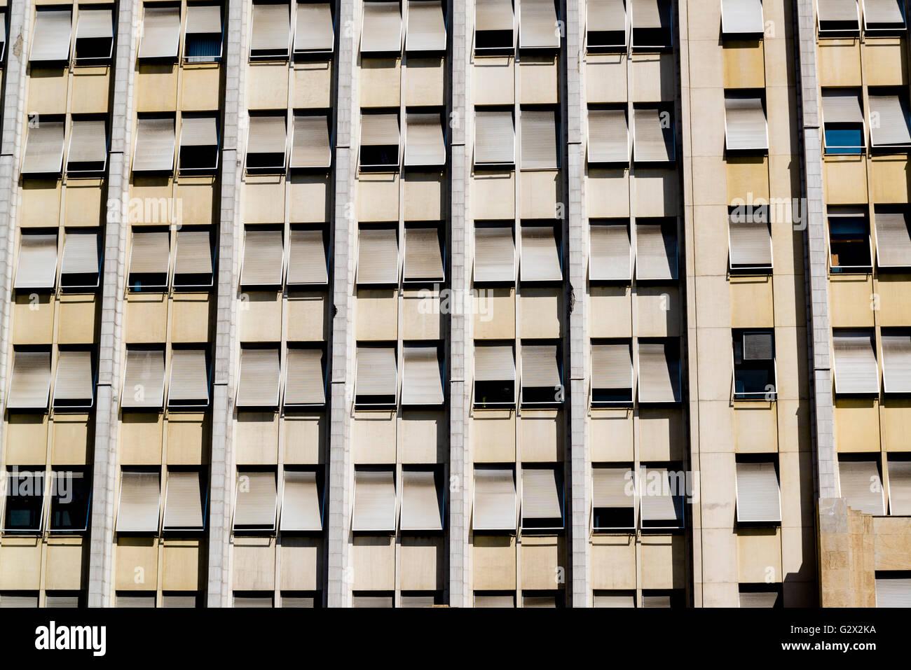 Es un edificio alto con persianas, Río de Janeiro, Brasil Foto de stock