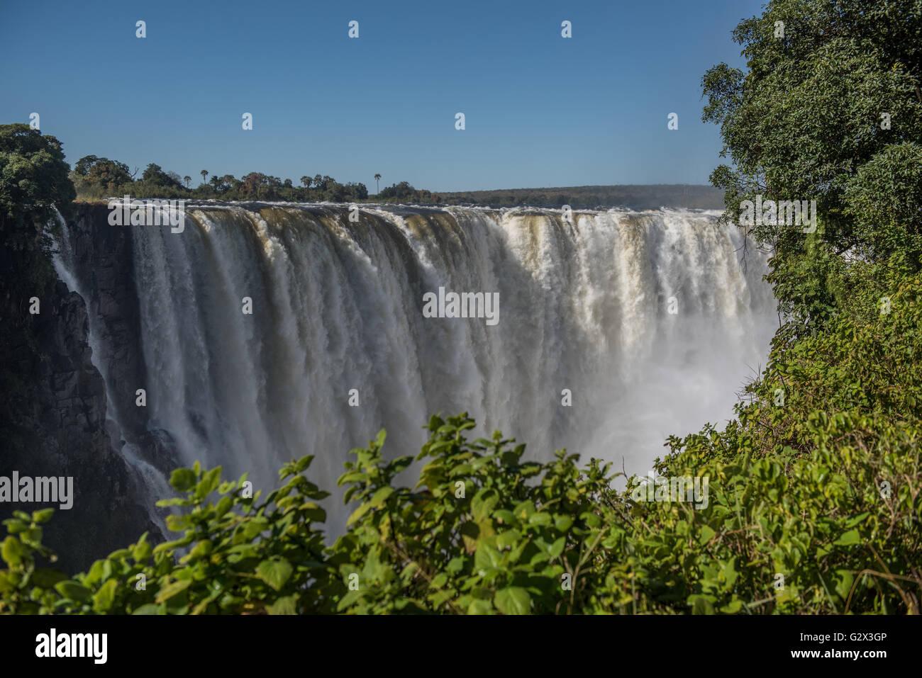 Victoria Falls en pleno caudal visto desde Zimbabwe Imagen De Stock