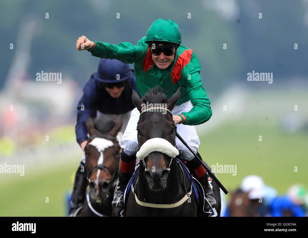 Harzand montado por Pat Smullen jockey gana el Derby Investec (Grupo 1) durante el día del Derby 2016 Investec Imagen De Stock