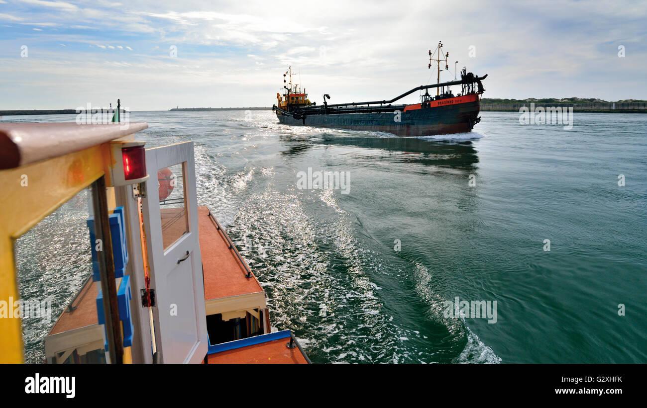 Portugal: viaje en barco por la Ría de Aveiro con el museo de los barcos la Praia da Costa Nova Imagen De Stock