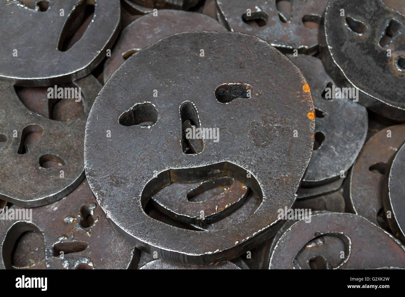 - Shalekhet hojas caídas,Instalación de superficies metálicas con la boca abierta, corte de planchas de hierro redondo Foto de stock