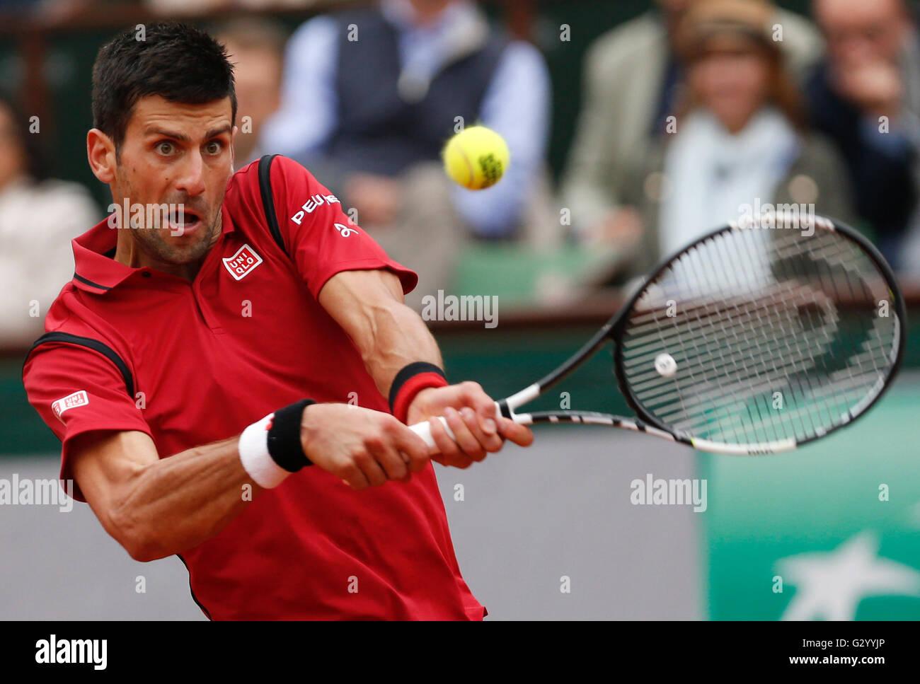París, Francia. El 5 de junio, 2016. Novak Djokovic de Serbia golpea un retorno a Andy Murray de Gran Bretaña Imagen De Stock