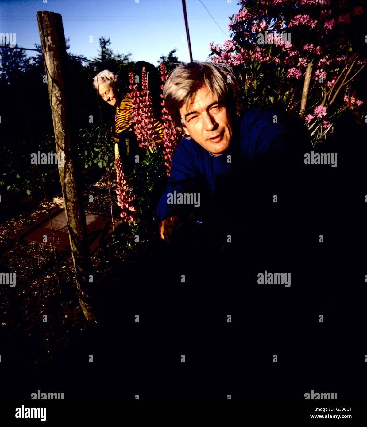 AJAXNETPHOTO - Mayo de 1989. ULCOMBE, Inglaterra. - El fotógrafo TIM PAGE EN EL JARDÍN DE SU CASA EN Windmill Hill. Foto de stock