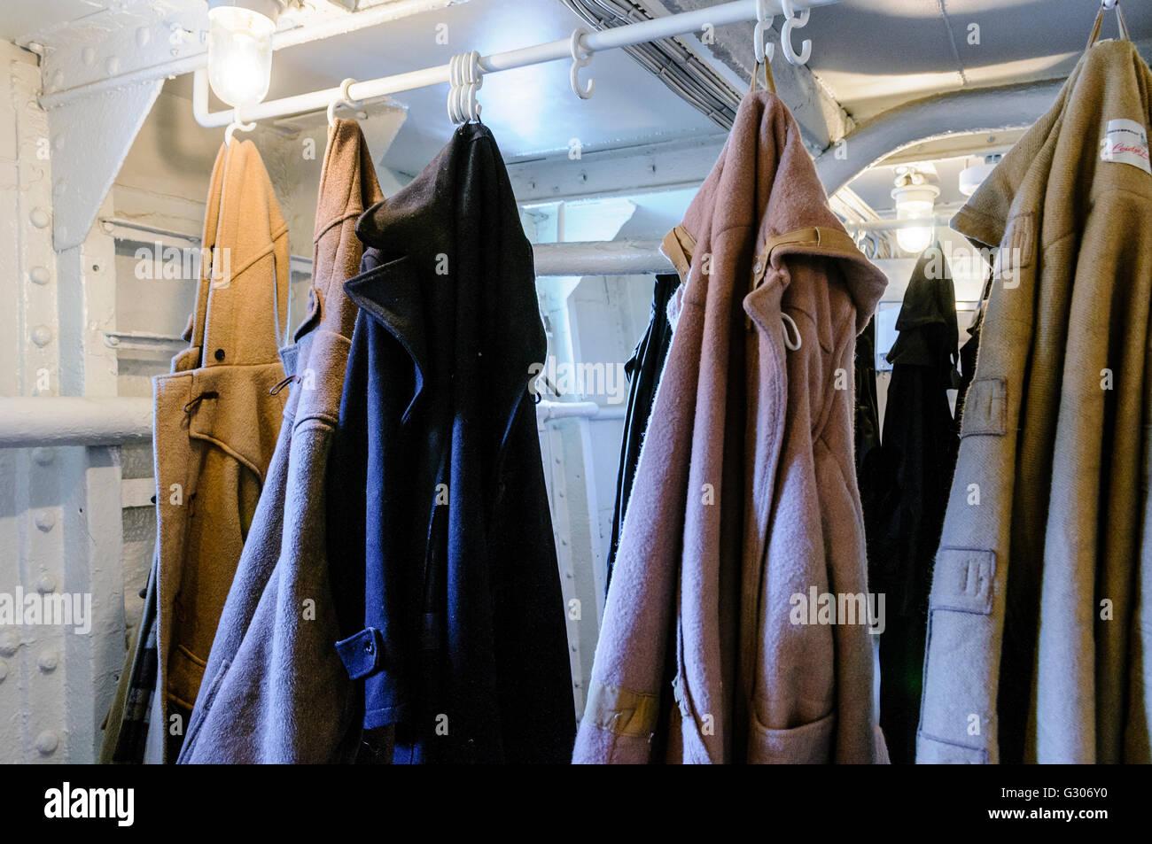 Tripulación duffle abrigos colgando en un viejo barco. Imagen De Stock