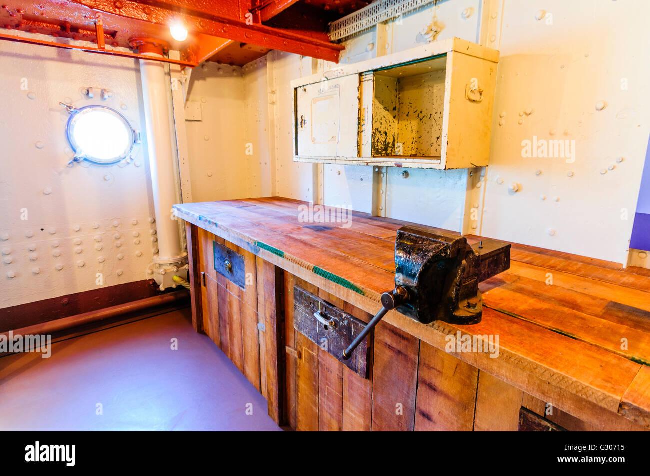 Taller del ingeniero con banqueta y vice a bordo de un viejo barco. Foto de stock