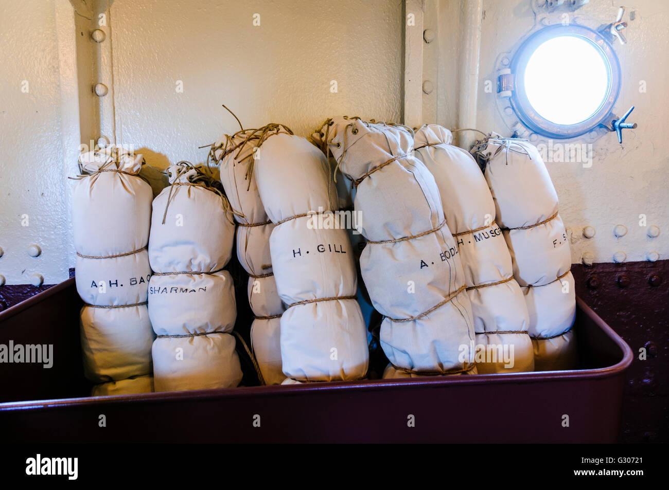 Los marineros bolsos de tela y hamacas en el HMS Caroline, Belfast, el último superviviente de la nave de la Imagen De Stock