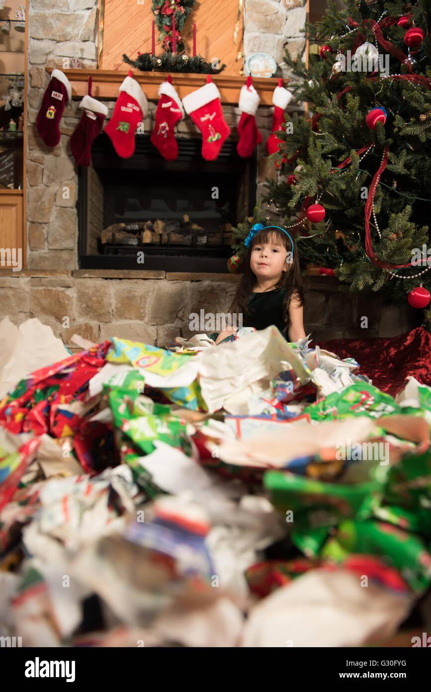 Niño desenvolver regalos durante la Navidad Imagen De Stock