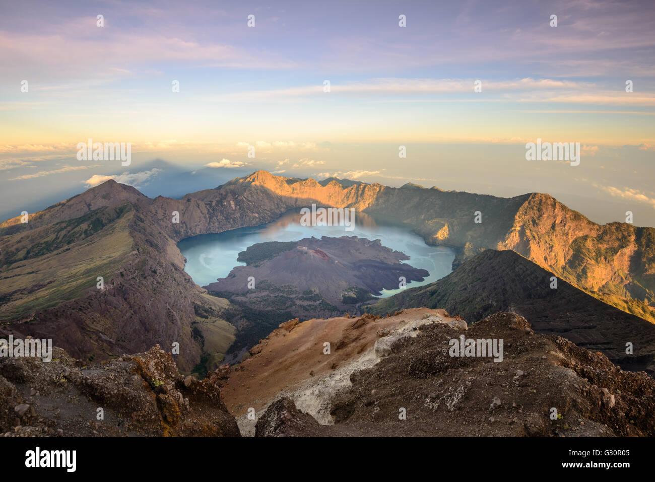 El Mt. Rinjani cráter y una sombra proyectada desde el pico al amanecer. Foto de stock