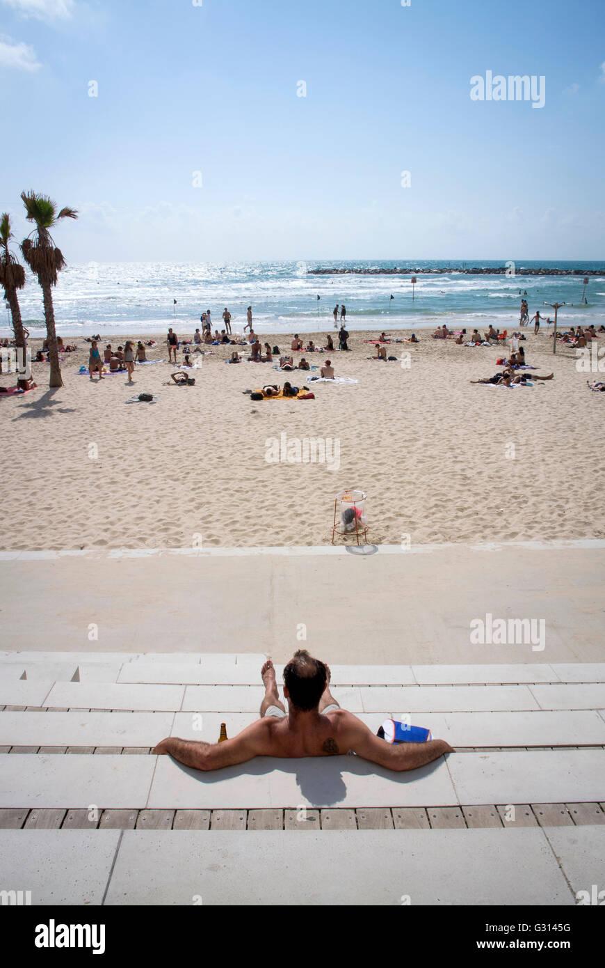 Disfrute del sol en la playa de Tel Aviv, Israel. Imagen De Stock