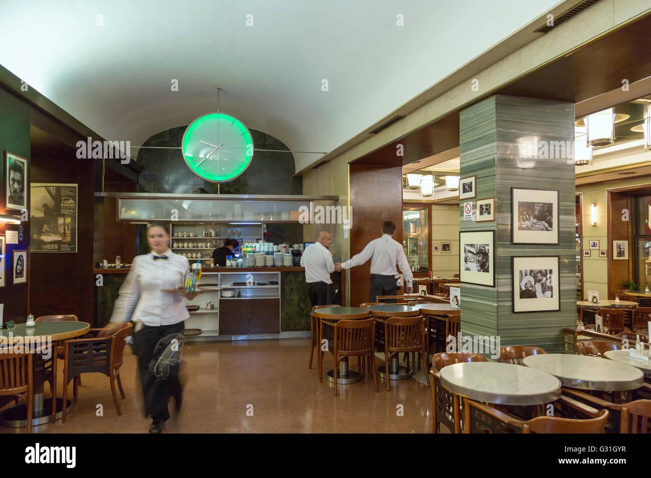 Praga, República Checa, camareros en el Café Slavia Kuenstlercafe Foto de stock