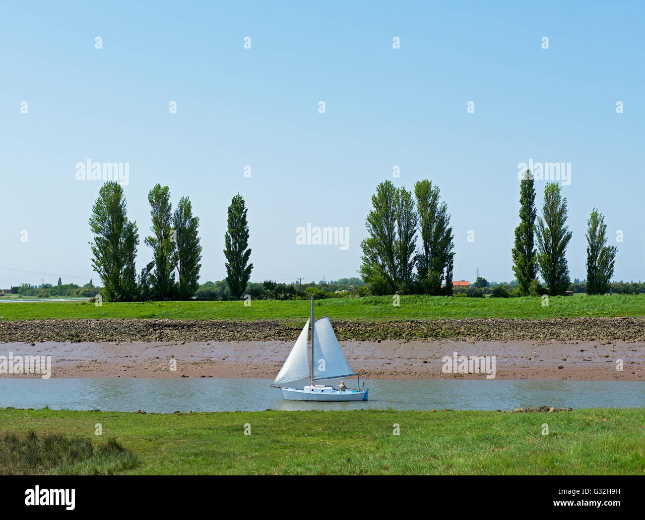 Barco de vela en el río Paraíso, cerca de Boston, Lincolnshire, Inglaterra Imagen De Stock