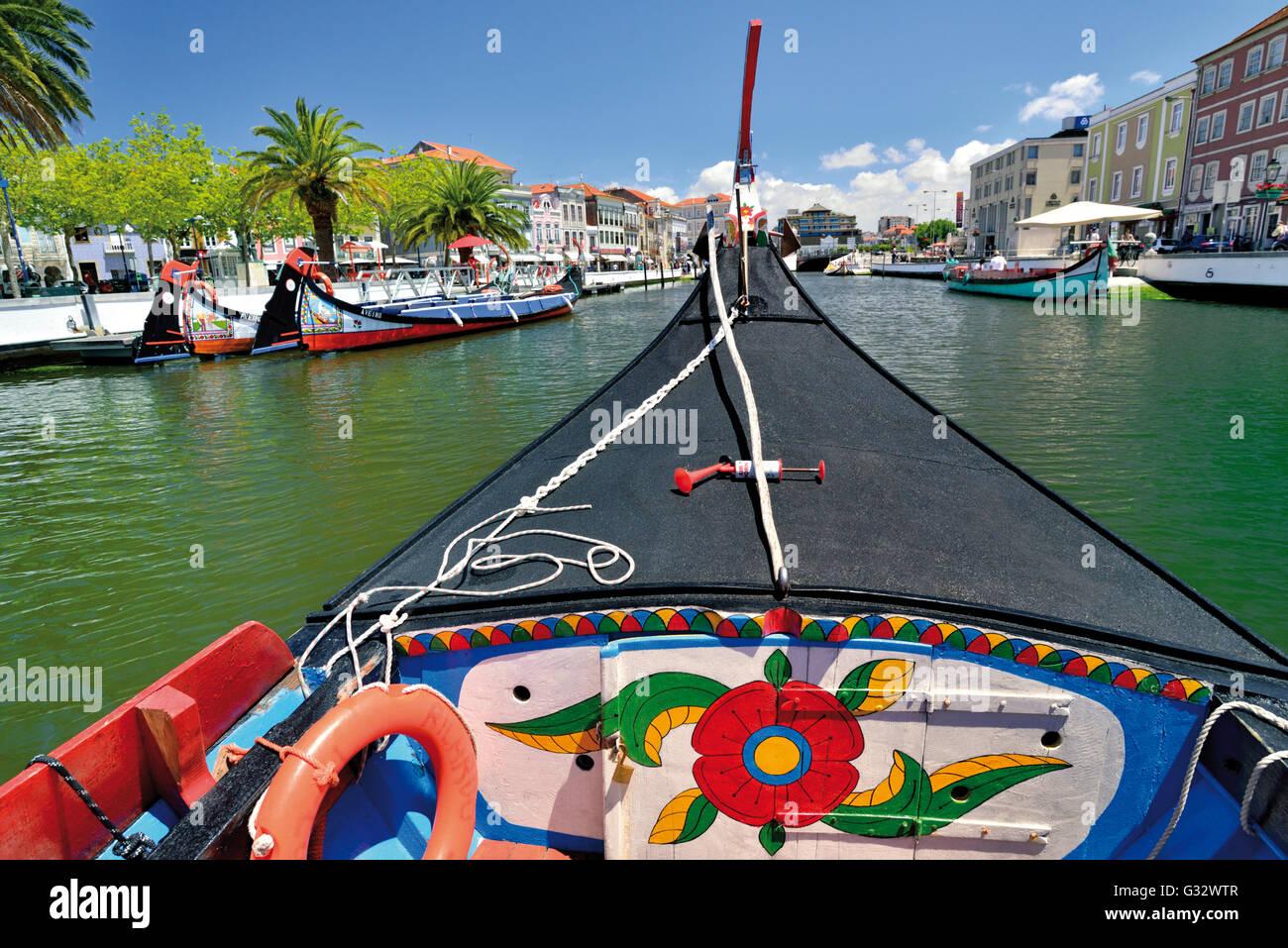 Portugal: viaje en barco con un tradicional barco Moliceiro en el Canal channal central del agua en el centro de Imagen De Stock