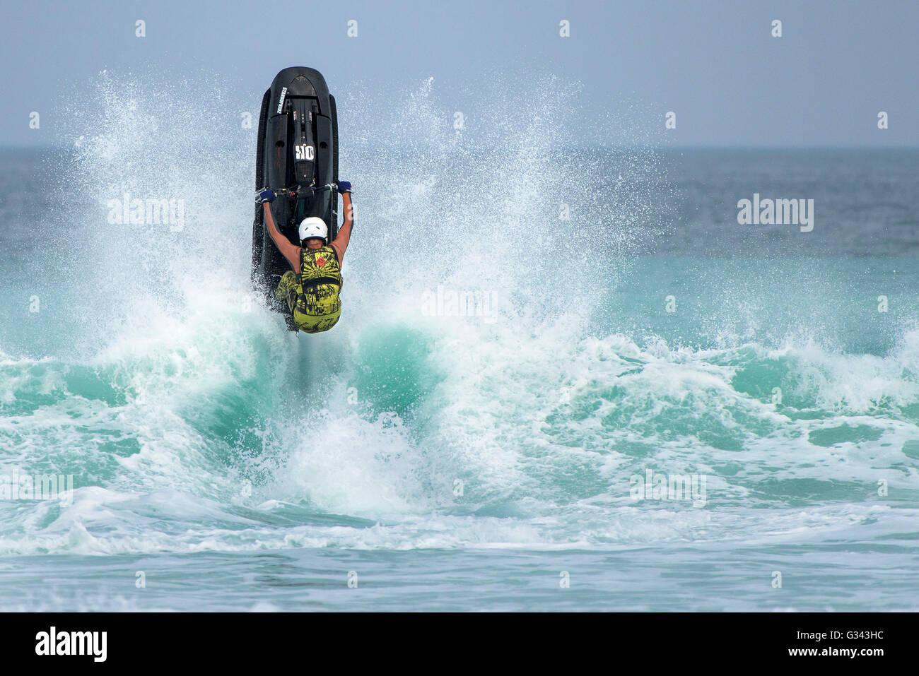 Espectacular acción acrobática proporcionados por los competidores en el campeonato IFWA jetski en Fistral, Imagen De Stock