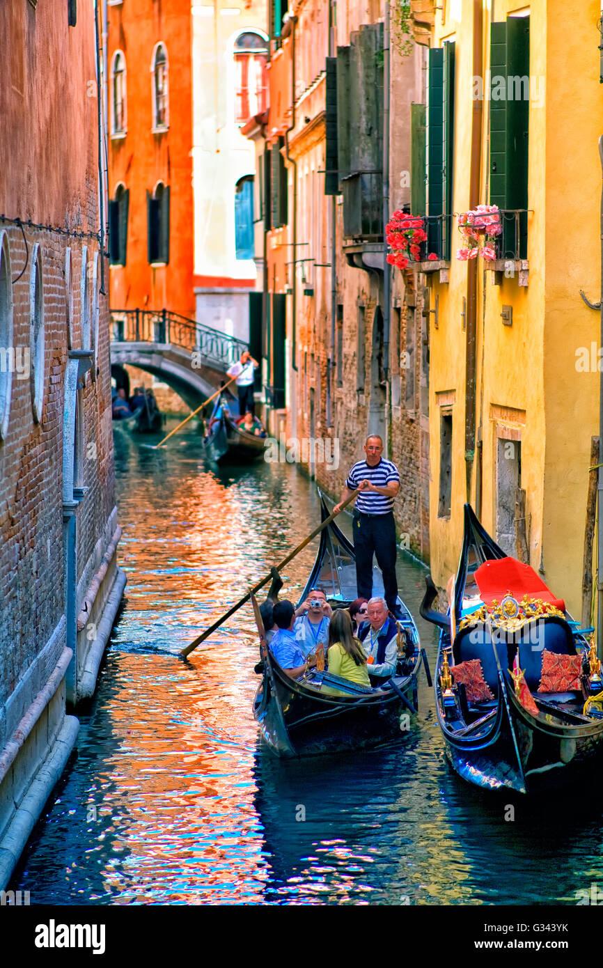 Canal de Venecia en góndola. Imagen De Stock
