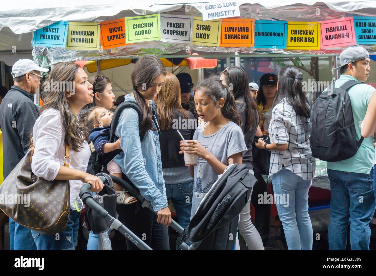 Filipino-Americans desde el área tri-estatal en una calle justo después del desfile del Día de la Independencia Foto de stock