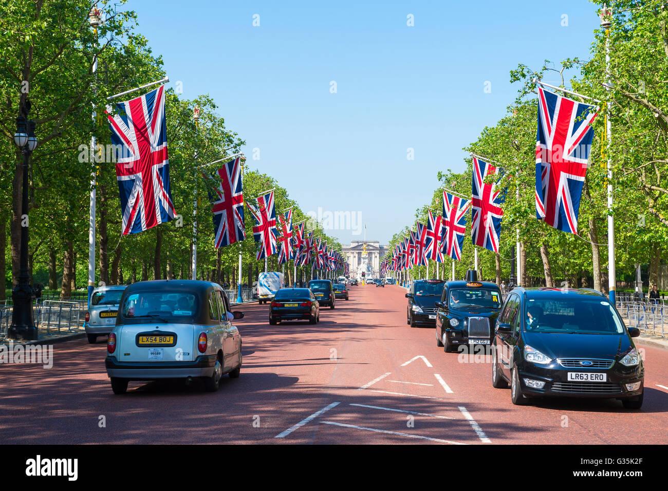 Londres - Junio 6, 2016: el tráfico pasa a lo largo del Mall, un viaducto conecta el palacio de Buckingham Imagen De Stock