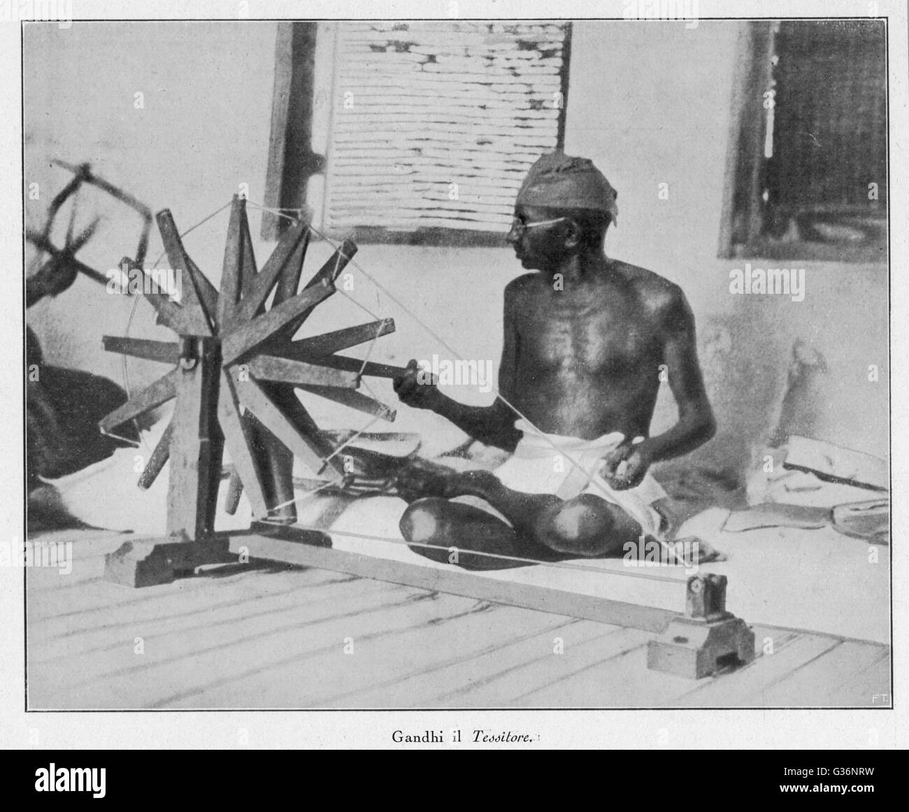 Nacionalista indio Mahatma Gandhi, líder espiritual y, girando a su rueda (Charakha) en 1931, demostrando su fuerte Foto de stock