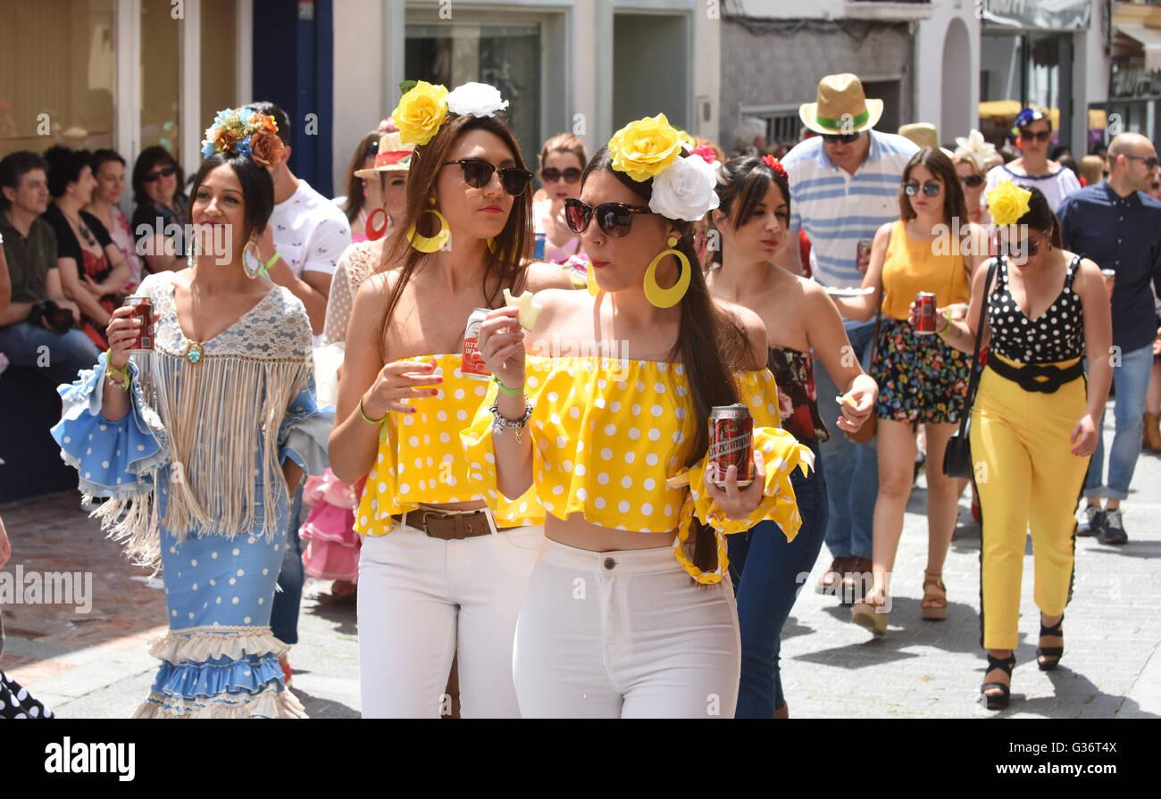 Las mujeres y muchachas vestidas con el traje tradicional en el festival de San Isidro fiesta en Nerja Andalucia Imagen De Stock
