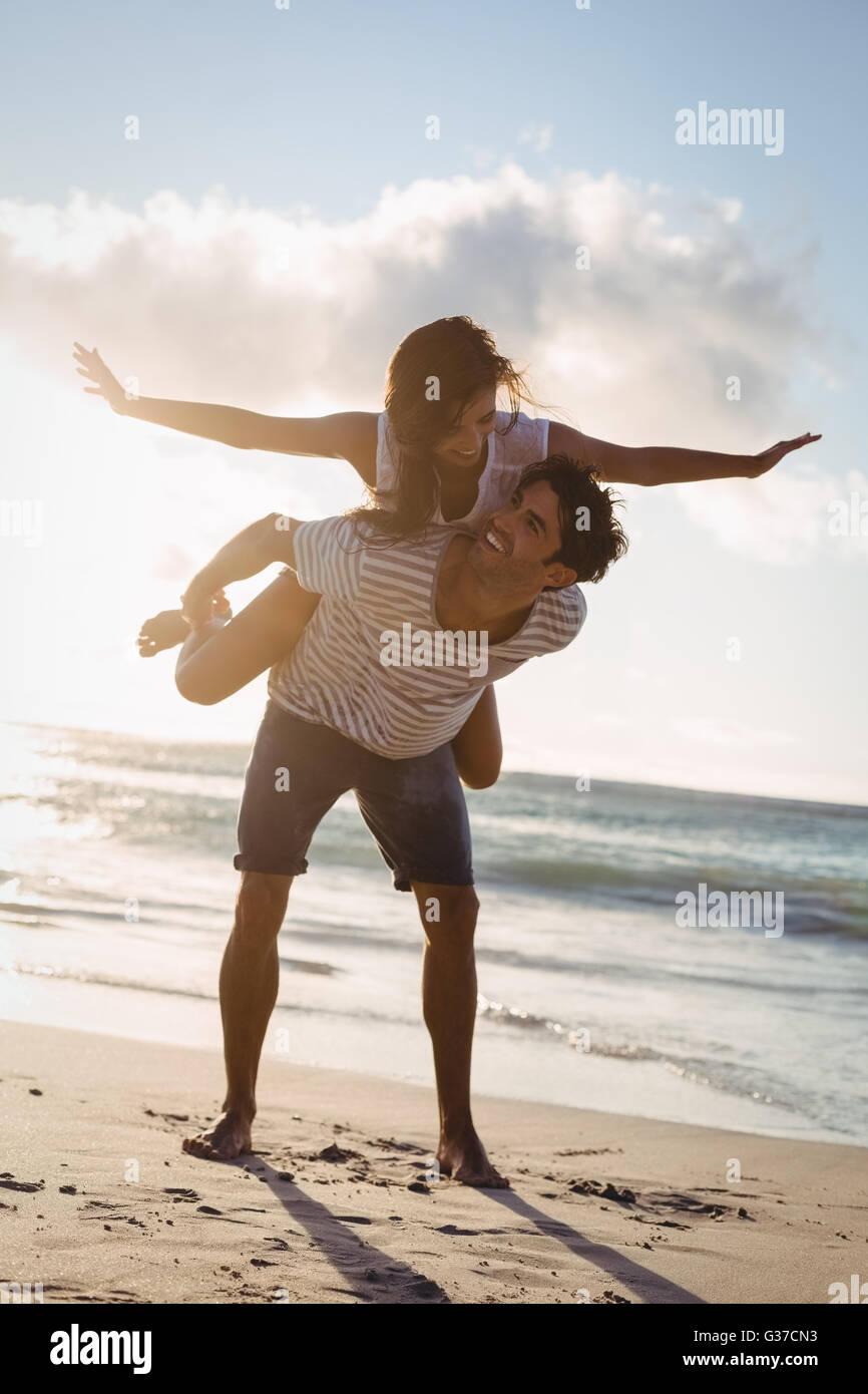 Hombre Mujer dando piggyback ride Foto de stock