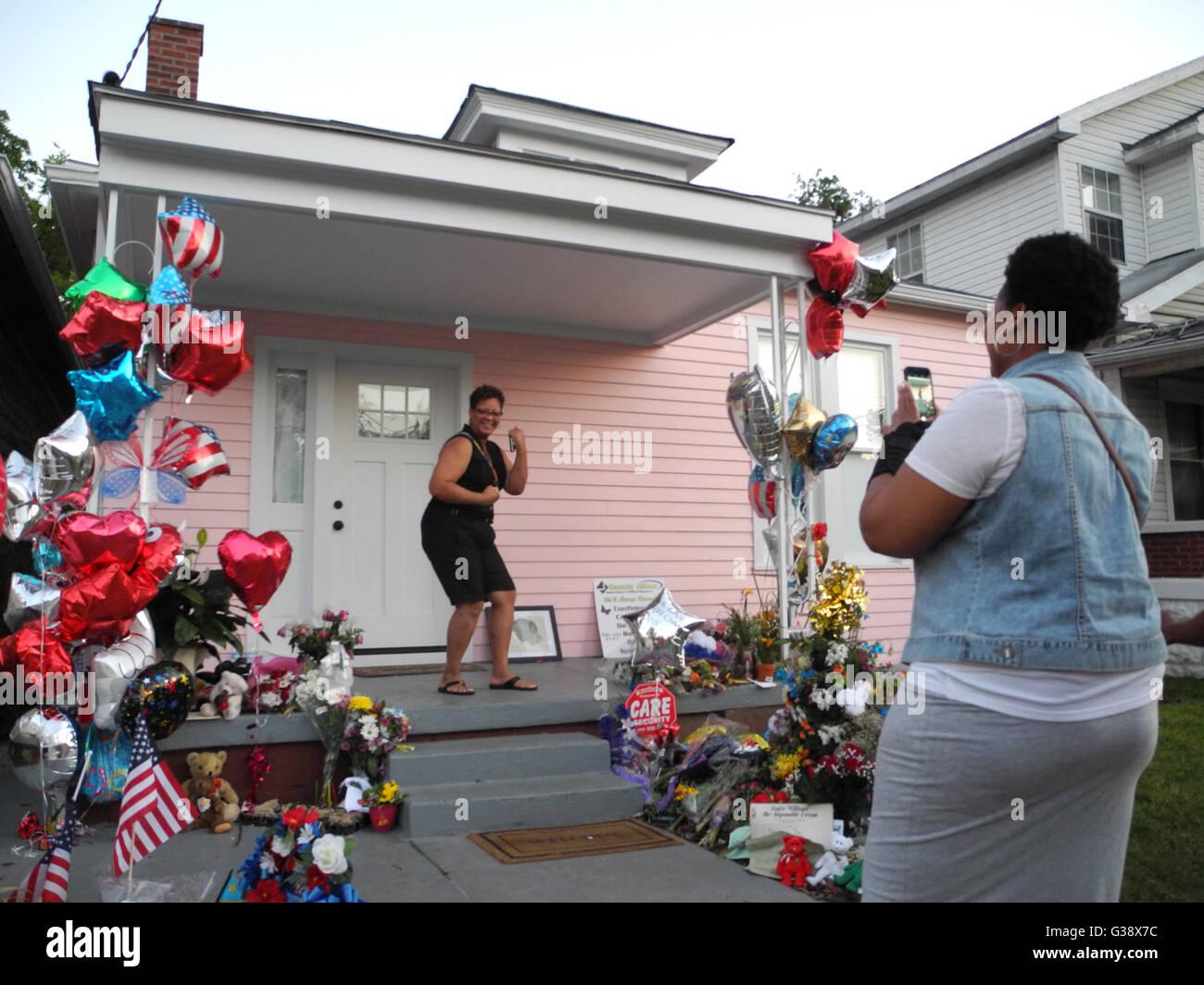 Louisville, EE.UU.. 09a Junio de 2016. Las personas tienen previsto Flores y regalos en la infancia, el hogar de Foto de stock
