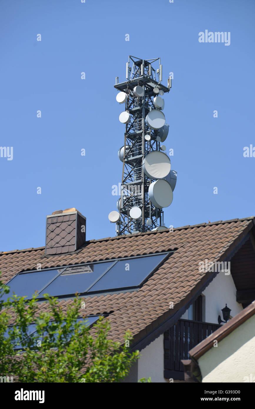 Paneles solares en el techo, la torre celular Imagen De Stock
