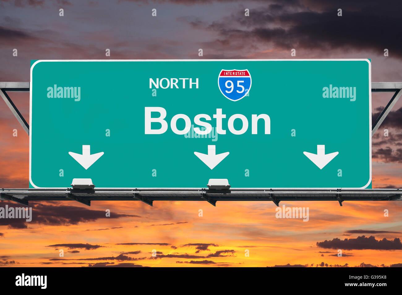 Interestatal 95 norte hasta Boston highway firmar con el cielo del amanecer. Imagen De Stock