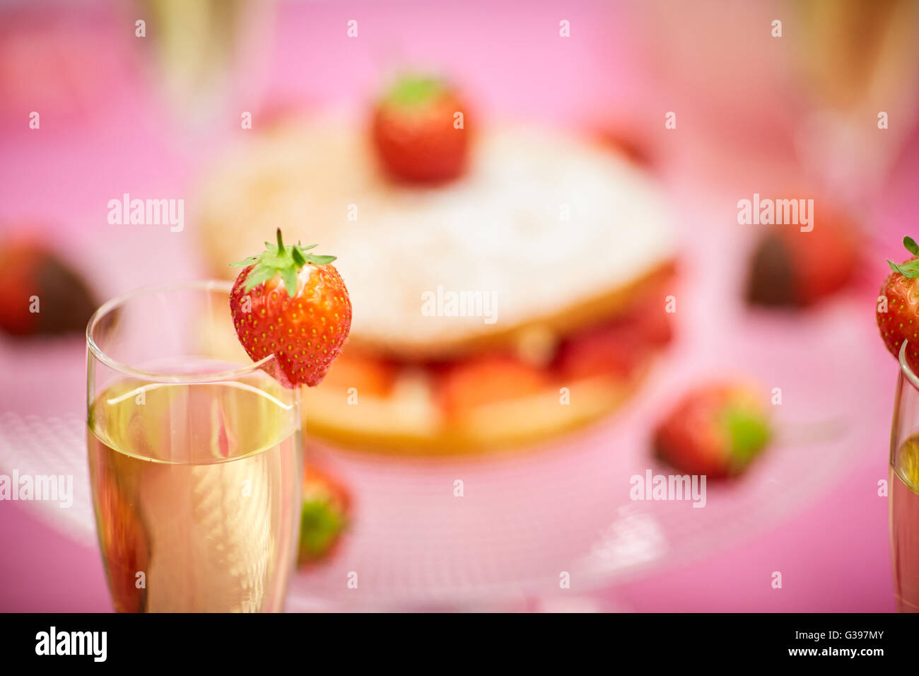 Vino de fresas bañadas en chocolate cake partido té de frutas de verano picnic esponja rosa roja decoración Imagen De Stock