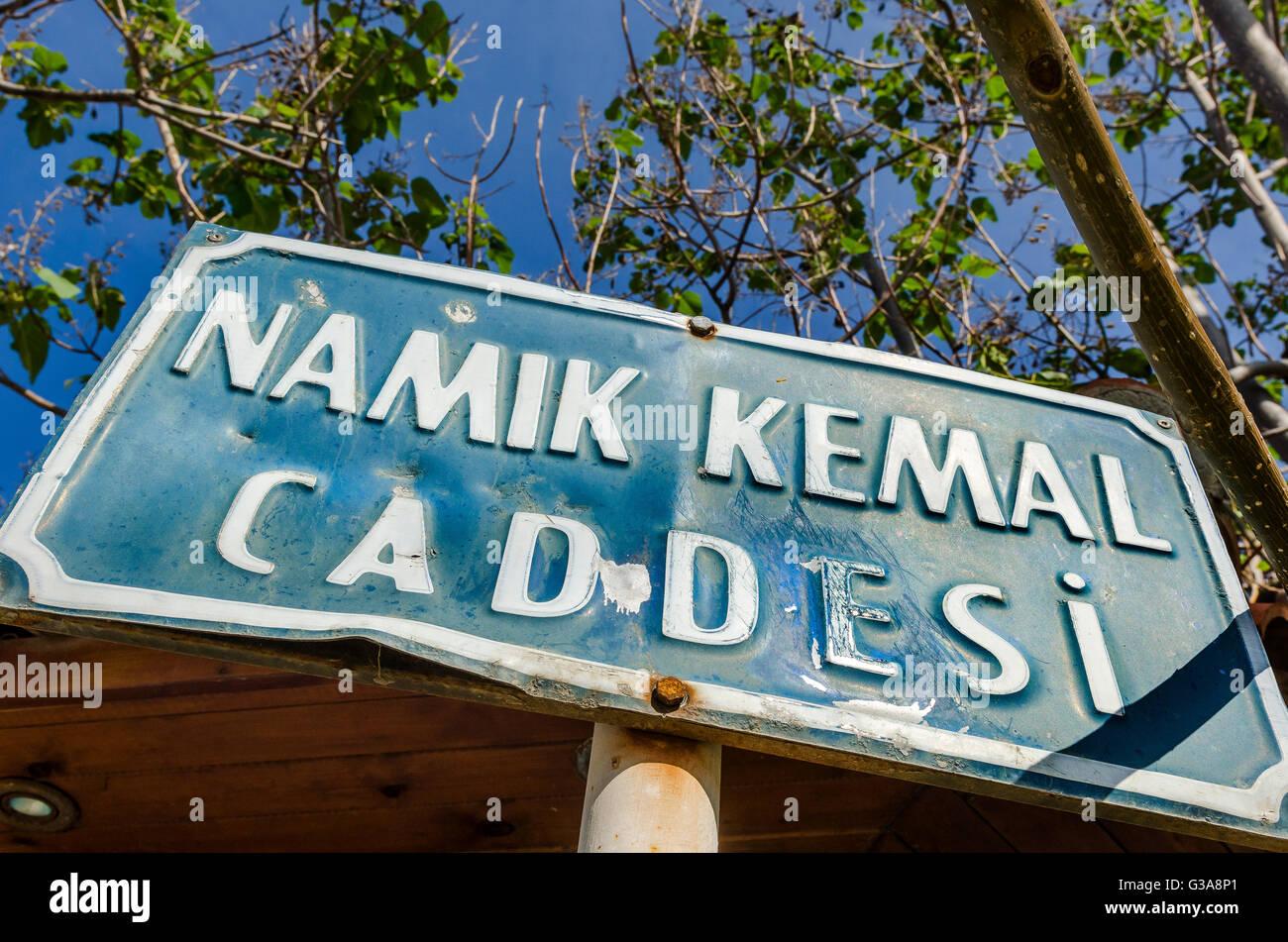 Cartel con el nombre de la calle en la ciudad de Kyrenia, Norte de Chipre. Foto de stock