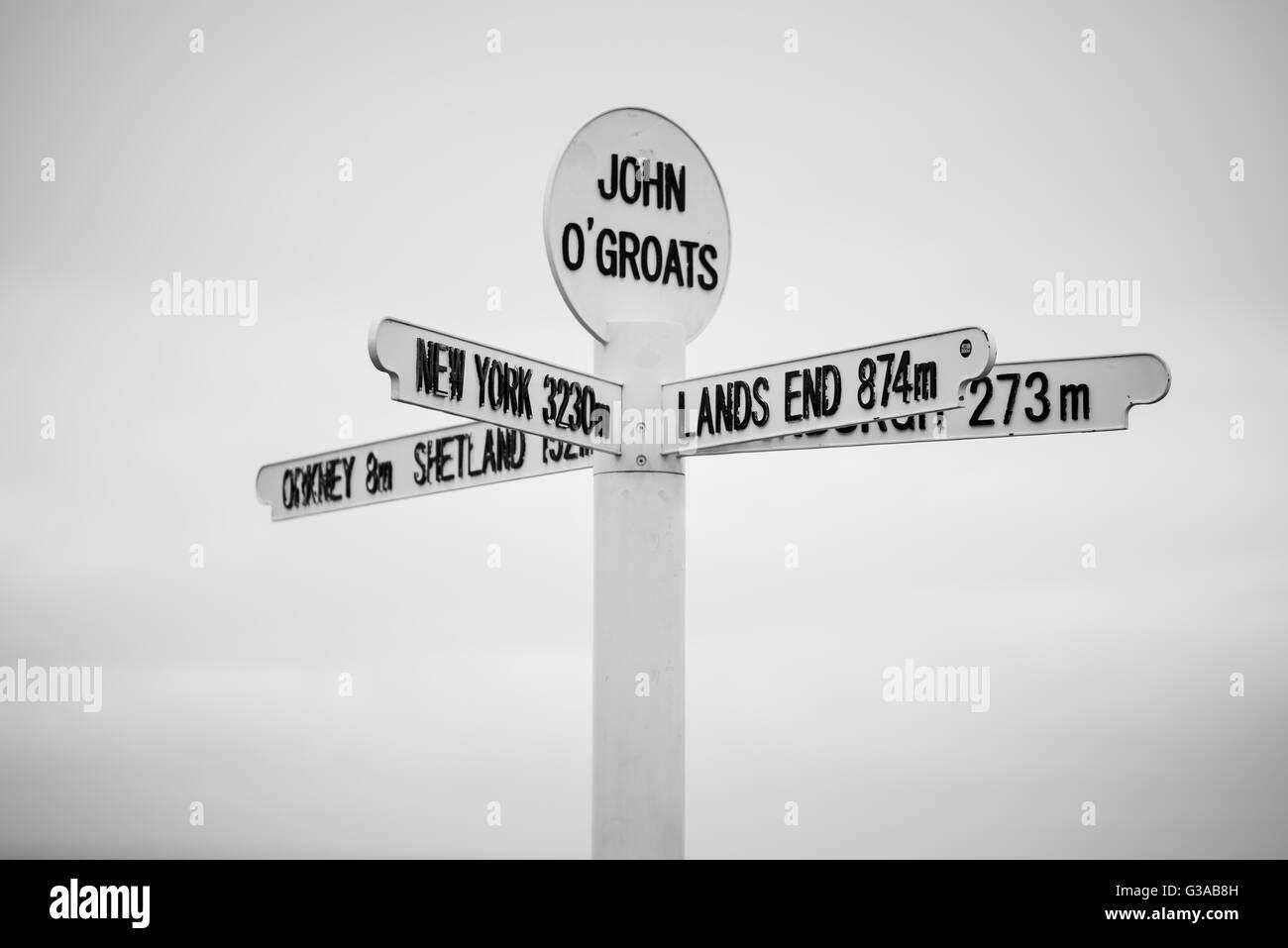 Señal de carretera inusual puesto en John o grañones Escocia Foto de stock