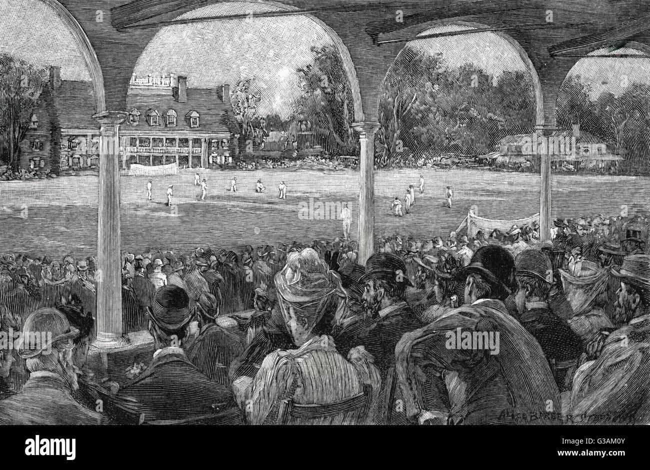 Los espectadores sentados en las gradas de la Manheim Cricket Ground, en Filadelfia, Estados Unidos, todos reunidos Foto de stock