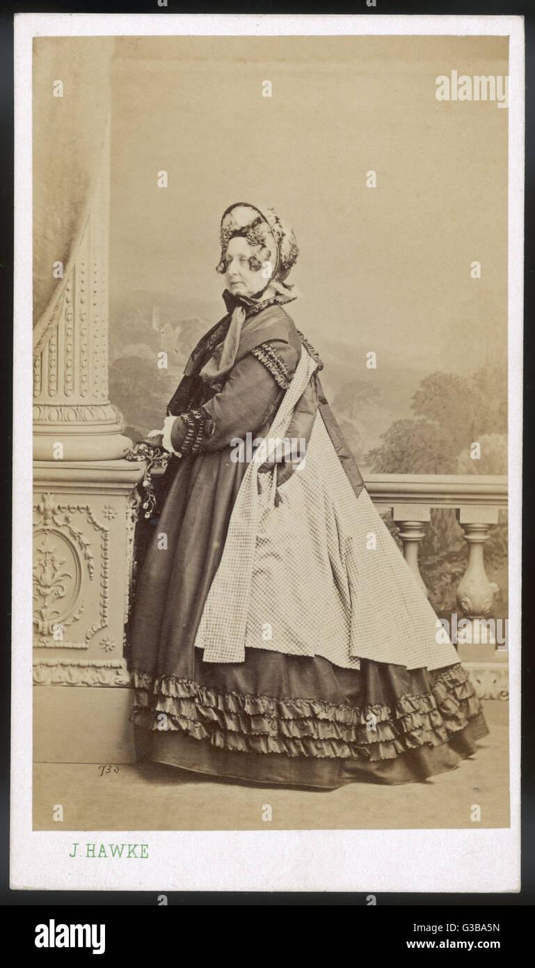 Un vestido con charreteras sobre los hombros &Amp; mangas recortado con comillas en los manguitos. La falda tiene Foto de stock