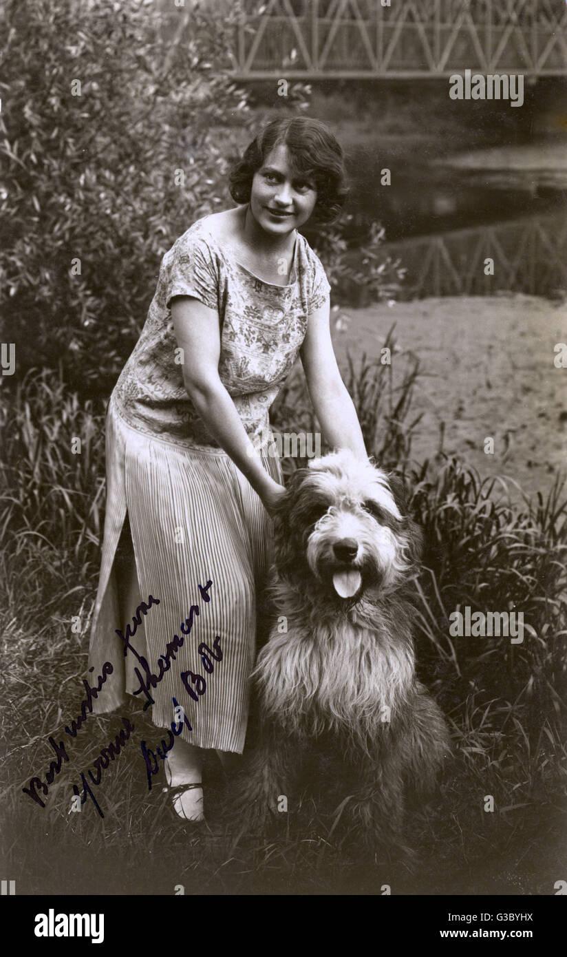 Mujer con su simpático Collie barbudo. Fecha: siglo XX Foto de stock