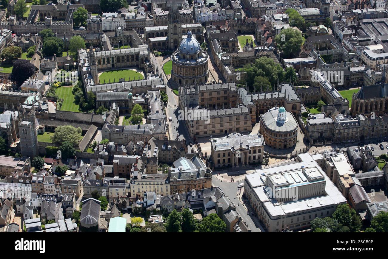 Vista aérea de la Bodleian Library y la Biblioteca Codrington & Radcliffe Camera, y de All Souls College, Oxford University, Reino Unido Foto de stock