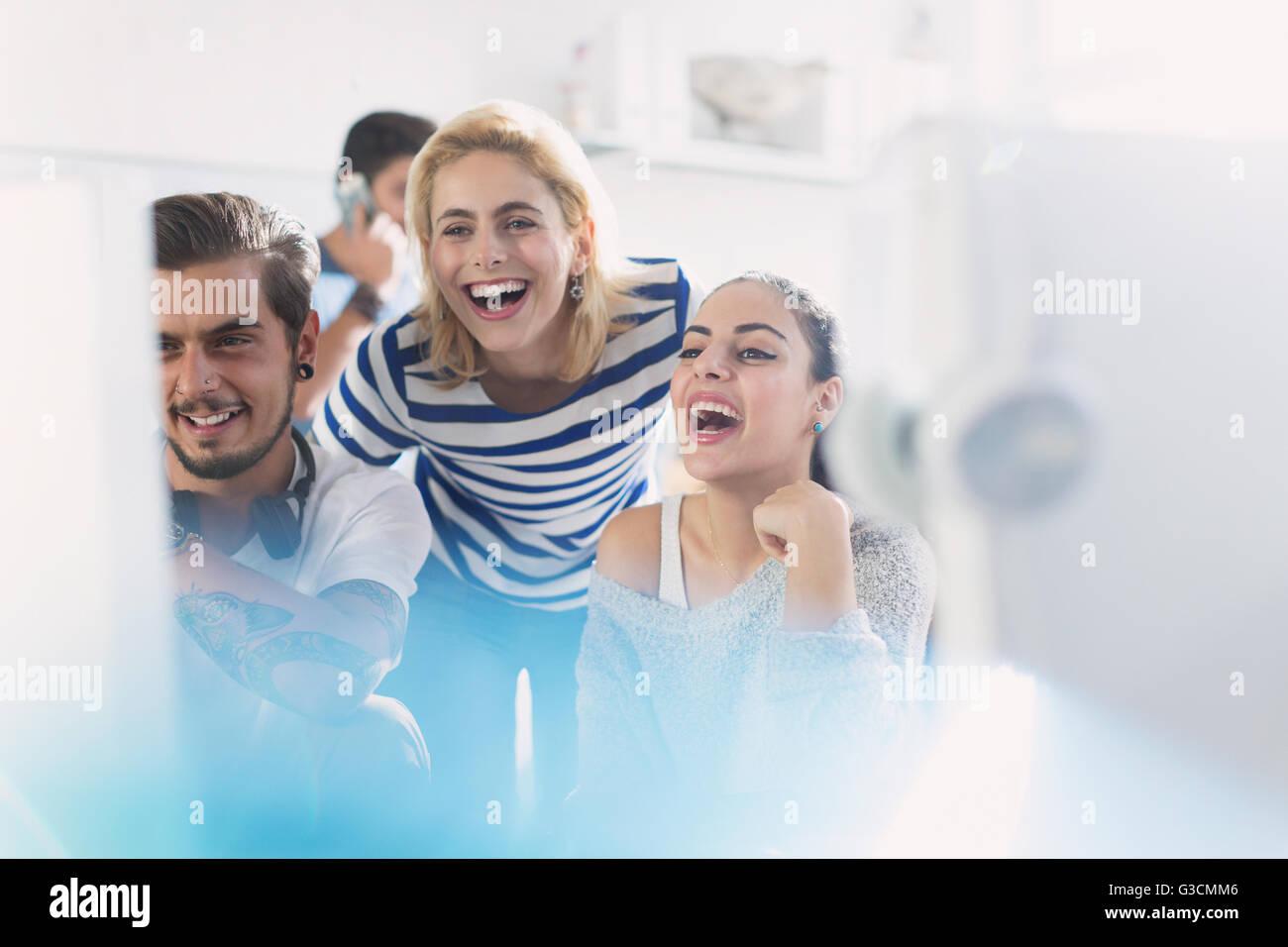 Creative business gente riendo de equipo en Office Foto de stock