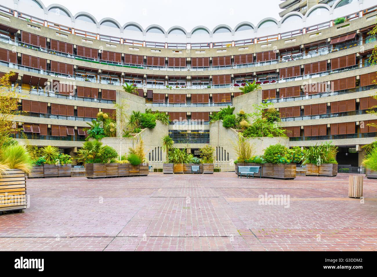 Arquitectura brutalist Frobisher Crescent, el edificio en el Complejo Barbican, Londres Foto de stock