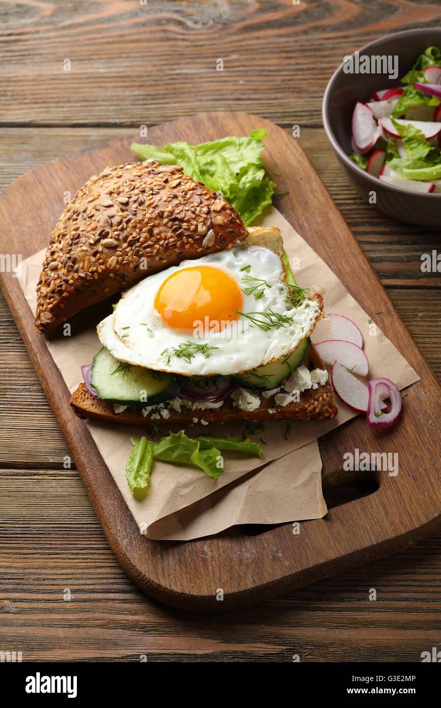 Sandwich con huevo, cerca de alimentos Foto de stock
