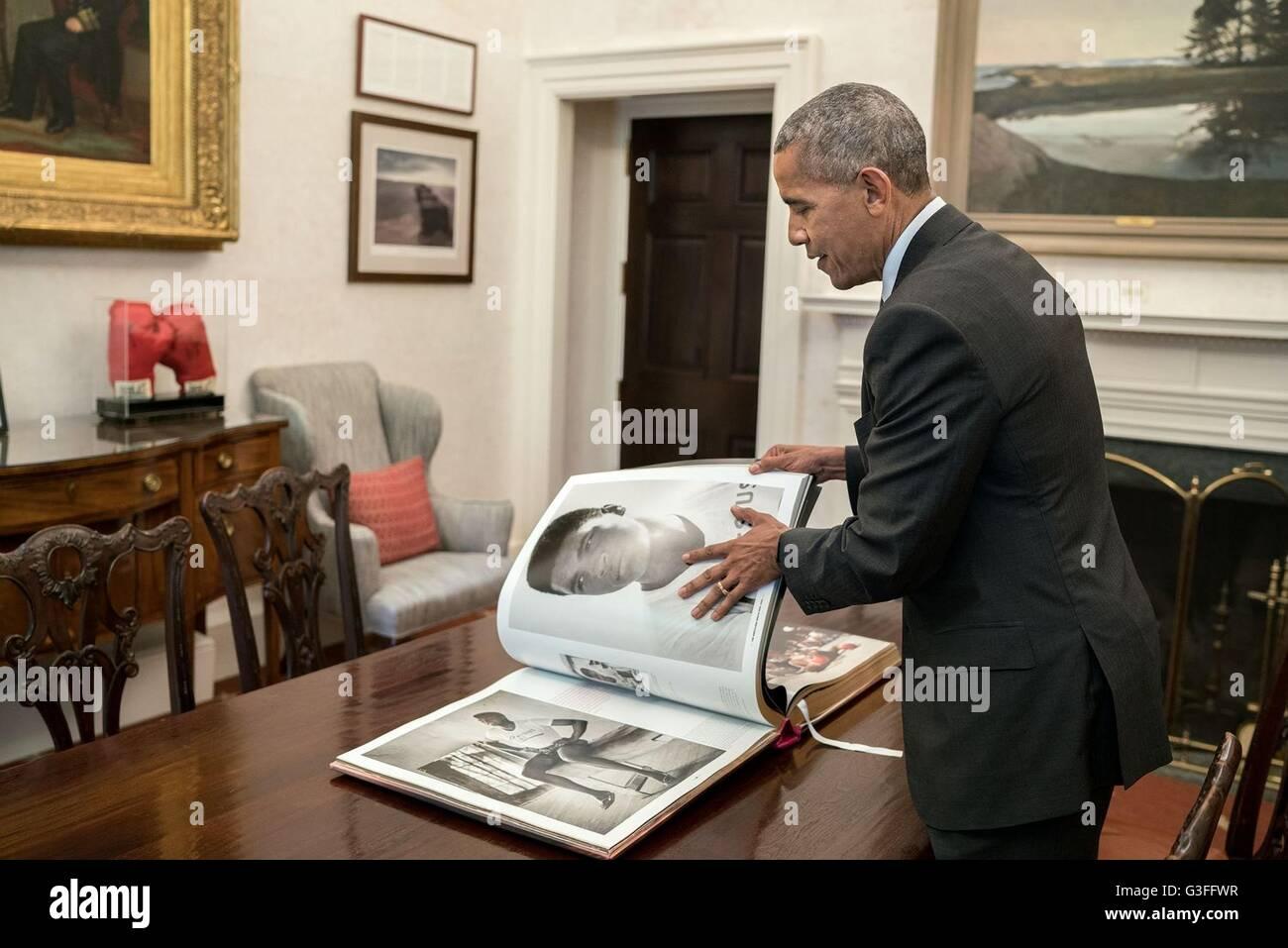 El presidente estadounidense Barack Obama mira fotos de Muhammad Ali durante un taping en reflexiones de Muhammad Foto de stock