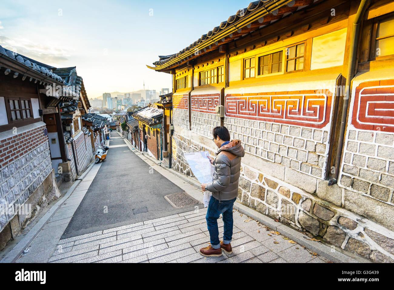 El viajero en el pueblo de Bukchon Hanok en Seúl, Corea del Sur. Imagen De Stock