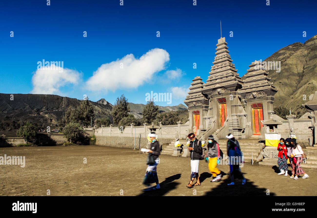 Los devotos en el templo Pura Luhur Poten, Parque Nacional Bromo-Tengger-Semeru, Java Oriental, Indonesia. Imagen De Stock