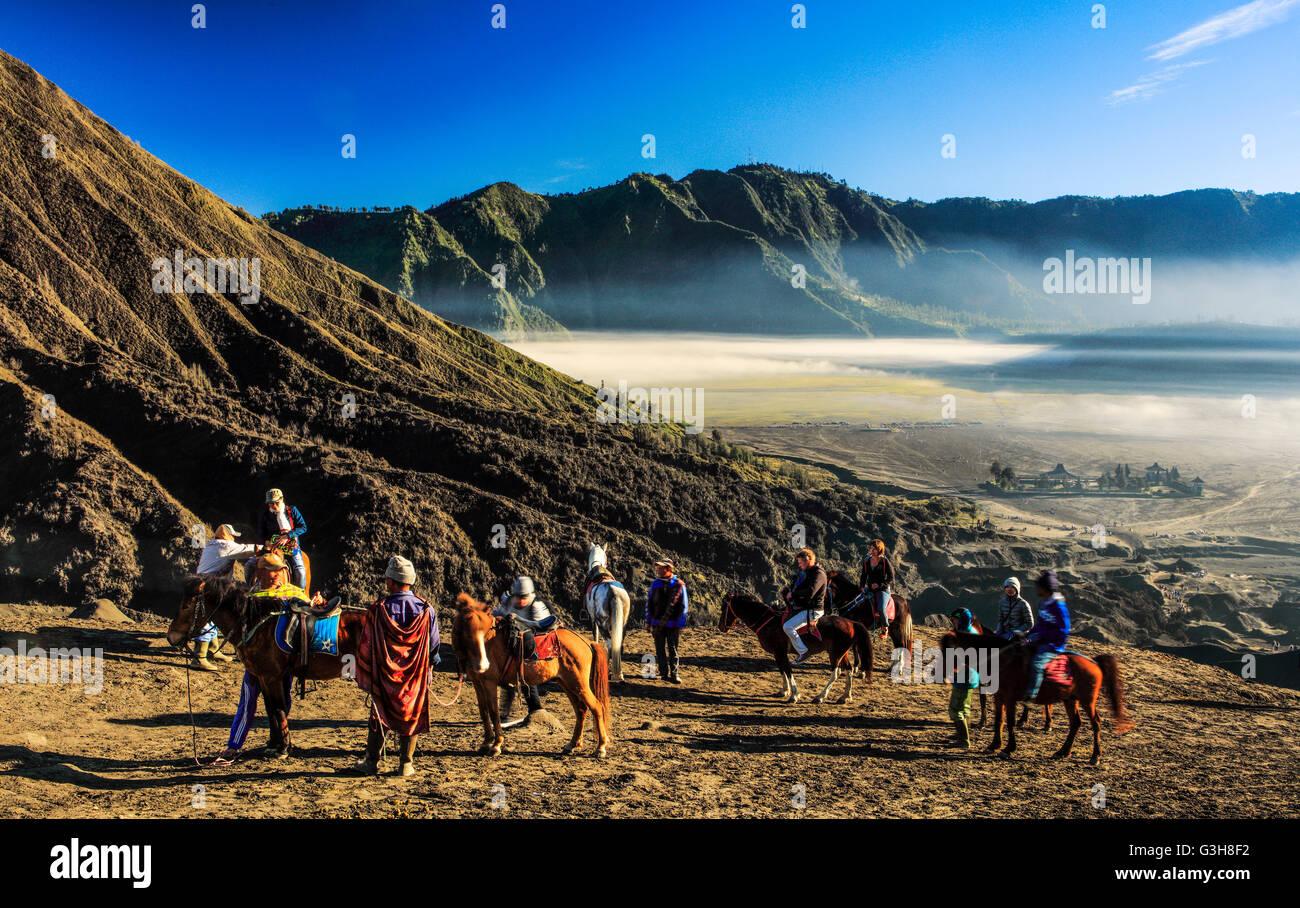 Los jinetes en el cráter del Monte Bromo, Indonesia. Foto de stock
