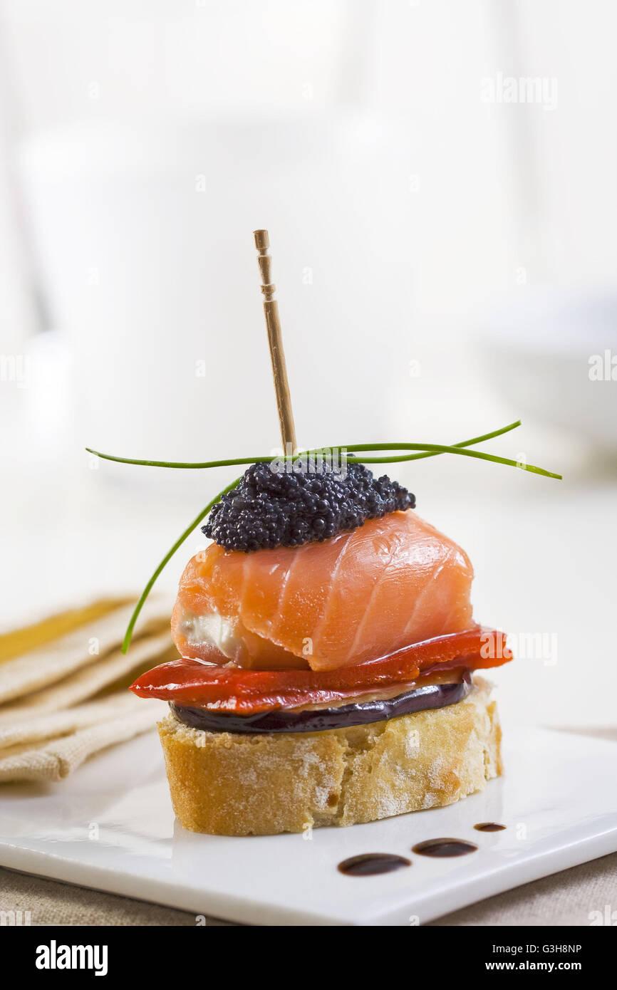 Español tapa montadito con salmón y caviar Imagen De Stock
