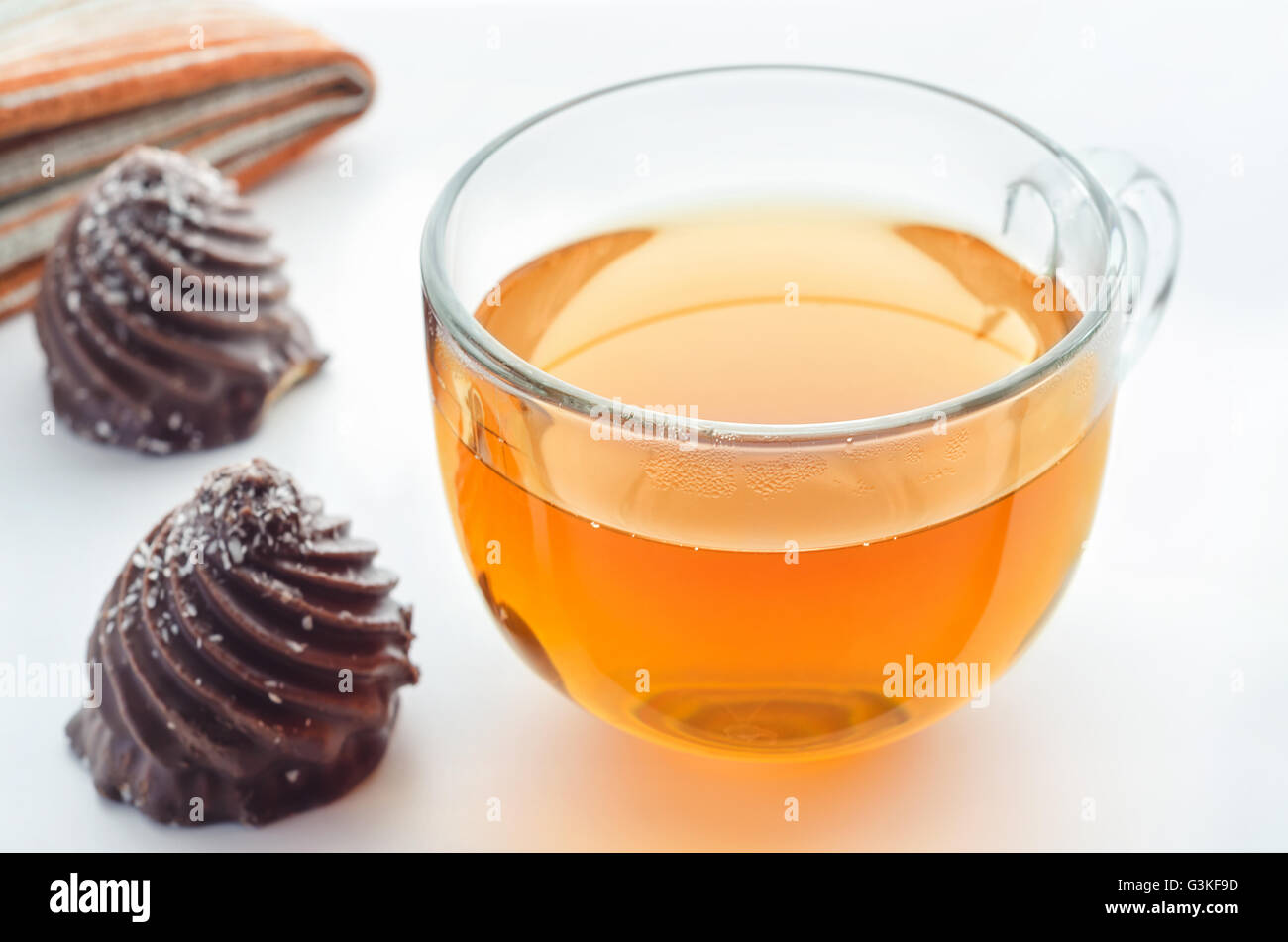Taza de té y chocolates Imagen De Stock
