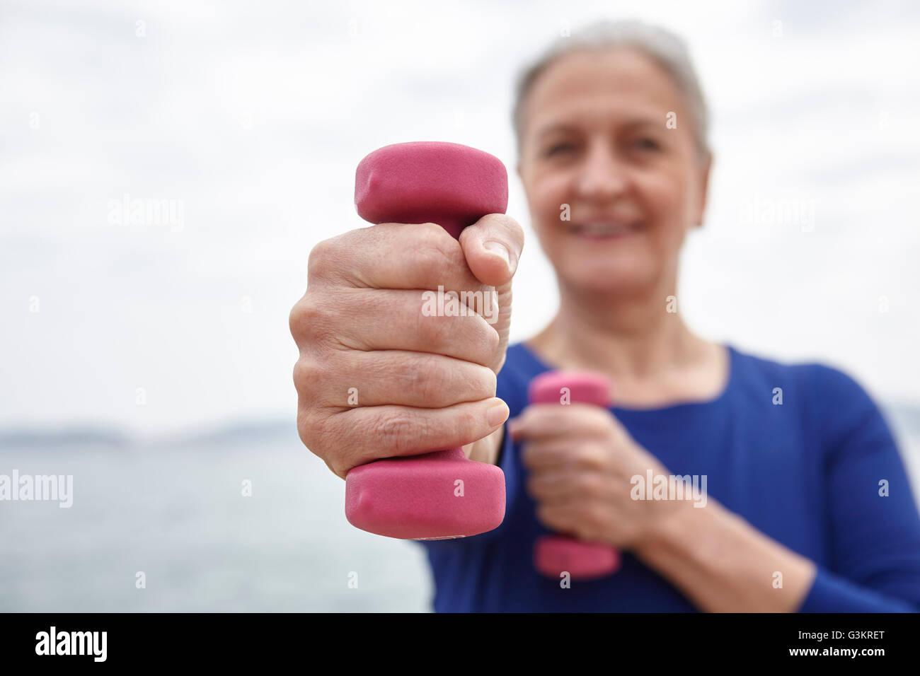 Mujer madura el ejercicio con pesas de mano Foto de stock