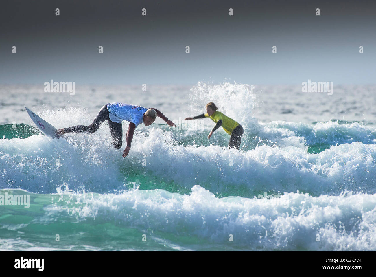 Los surfistas en acción espectacular que participen en un concurso UK Pro Surf Tour en Fistral en Newquay, Cornwall. Foto de stock