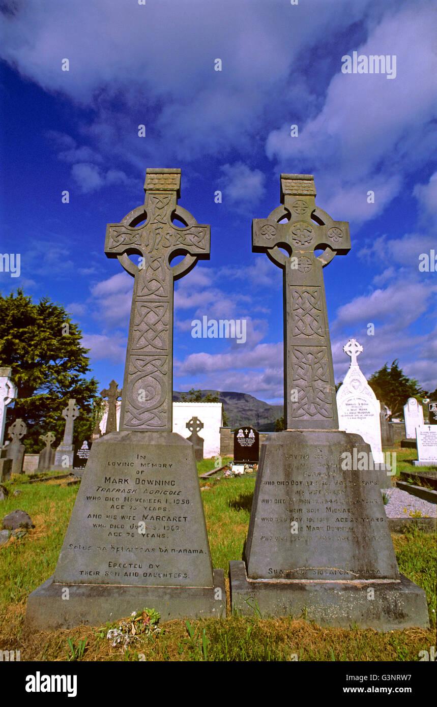 Tumbas en el cementerio de Adrigole, península de Beara, Condado de Cork, Irlanda Foto de stock